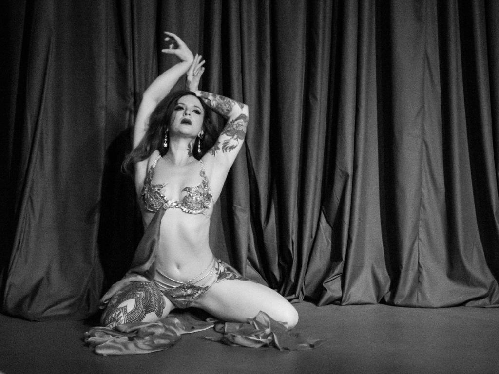 Golden Goddess burlesque performance by Miss Scar-lit Hearts